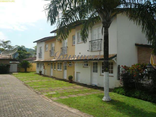 Pequeno condomínio fechado,zelador, silêncio, AC - São Sebastião - Casa