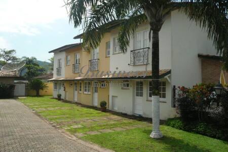 Pequeno condomínio fechado,zelador, silêncio, AC - São Sebastião - บ้าน