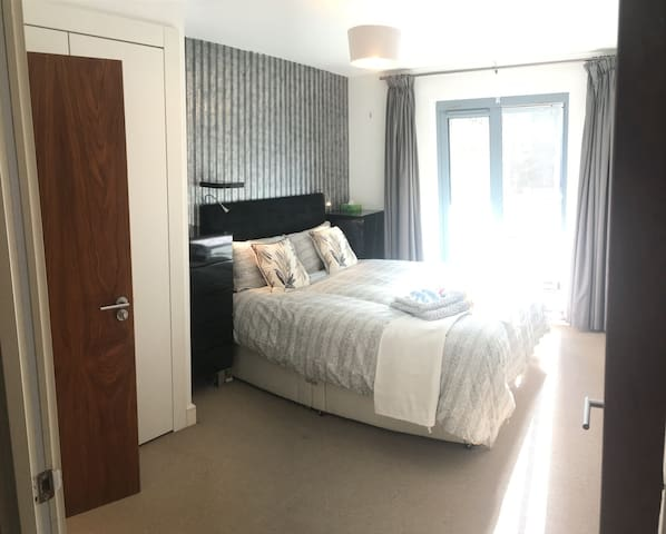 Modern room with private shower near Shoreditch