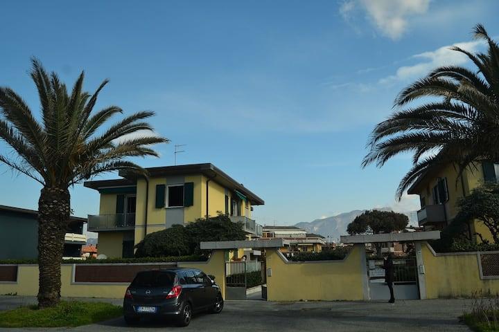 Accogliente casa vacanze a Carrara con terrazza