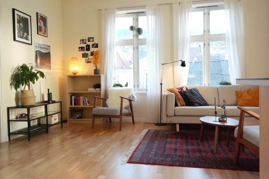 Cozy living room, with lots of big windows. (you can also spot Fløyen, on top of the mountain)