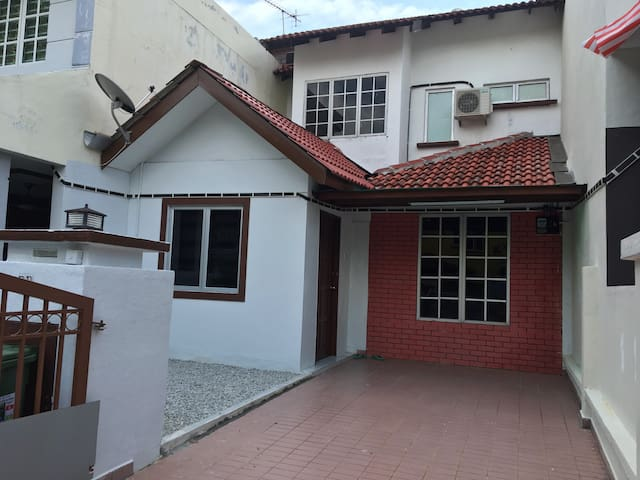 2-Storey House Bandar Tasik Selatan Homestay