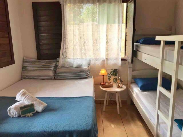 Quarto 1: Possui uma cama de casal e um beliche