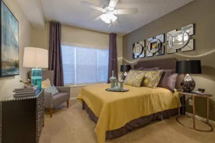 Midtown Peach Deluxe w/ Free Parking & City Views