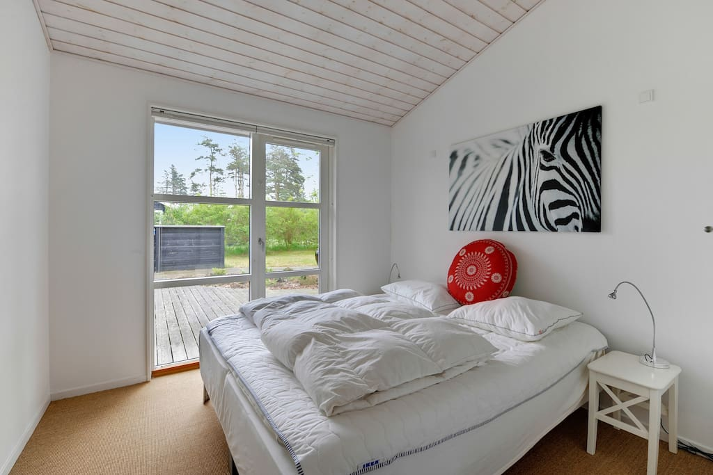 Bedroom with door to terrasse