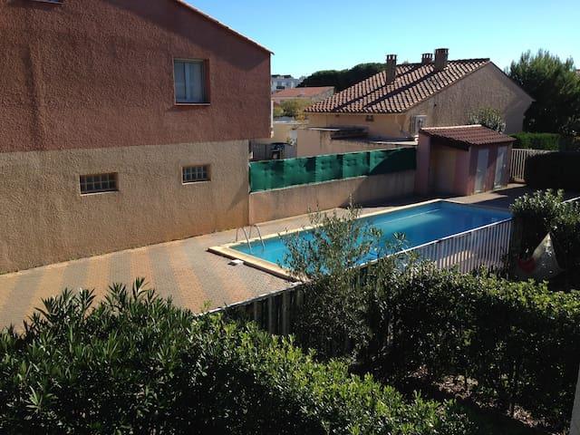 Studio terrasse et piscine