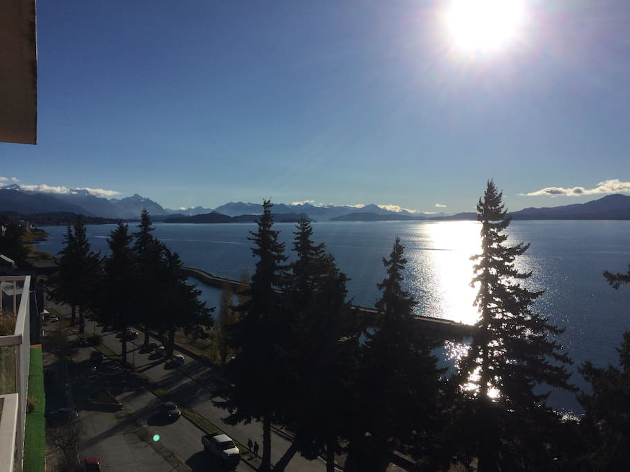 Espectacular vista al lago desde el balcón. / Amazing lake-view from the balcony