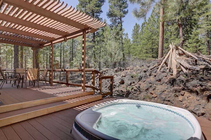 Relaxing Ponderosa Home w/ Private Hot Tub & Bikes