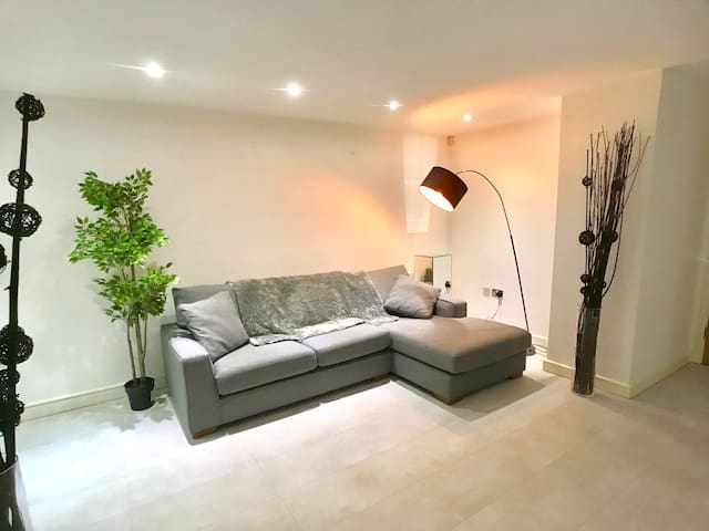 Quayside 2 bed, sleeps 5 free parking serviced apt