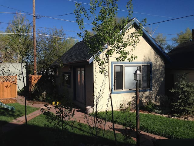 Cozy guest house in Laramie tree area