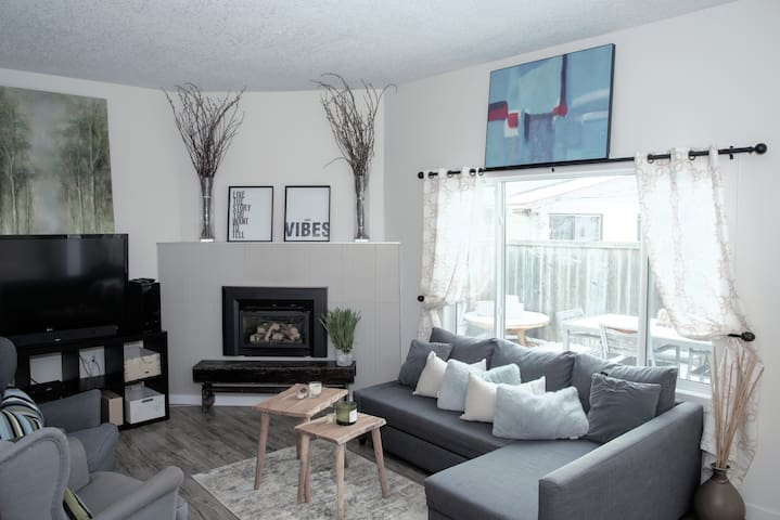 Large Modern Townhouse - Steps from Stampede Park!