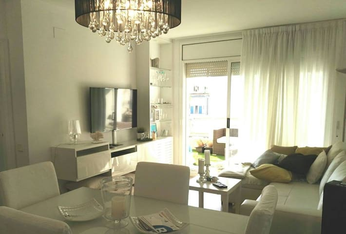 Center Apt w a big terrace, lift n pool in Sitges. - Sitges - Apartamento