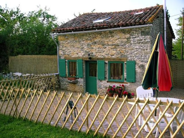 Romantic Napoleonic cottage for 2 with pool