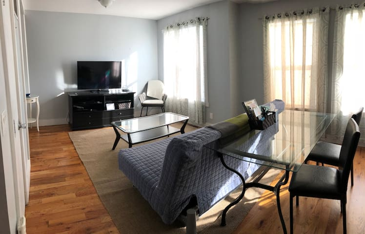 Spacious Sunny 2 Bedroom Close to the Subway!