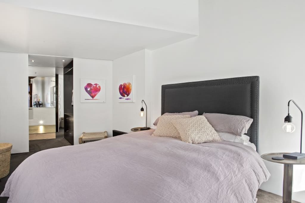 Beautiful light main bedroom with new queen size bed