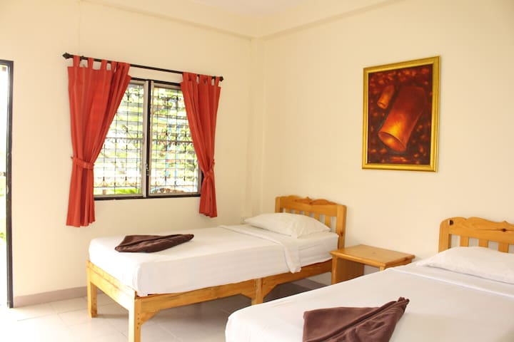 Jungala House - Twin rooms, spacious green garden