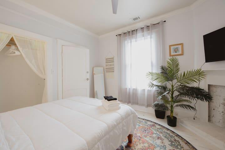 Darling Suite - Trendy 2 Bedroom Suite in Starland