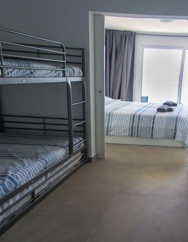 Si solo usas el dormitorio principal puedes dejar todo diáfano