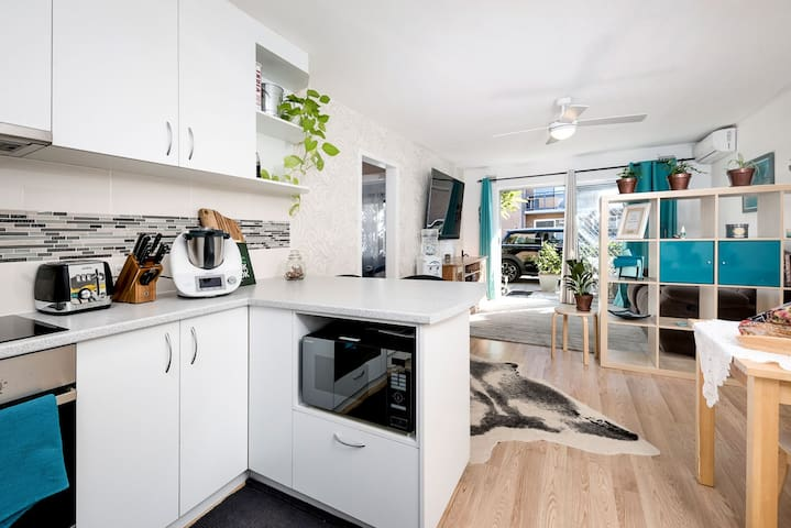 "EAST FREO CONDO. NETFLIX/75"" TV. E-BIKE. THERMOMIX"