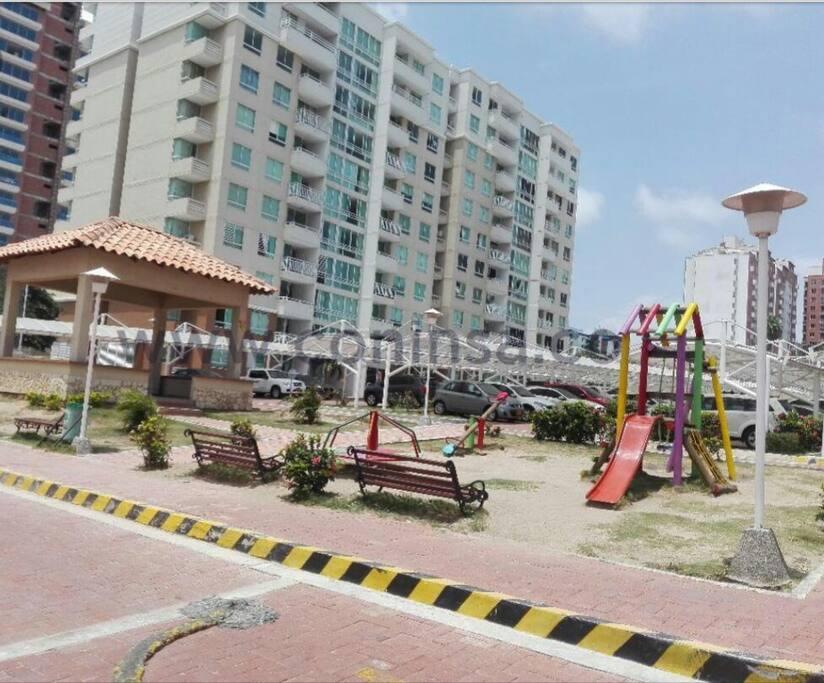parques infantiles y kiosko...espacios muy amplios