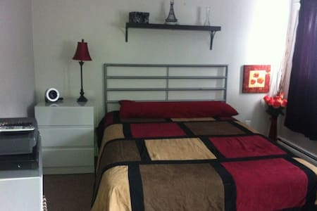 Large room even larger glass closet - West Babylon - Hus