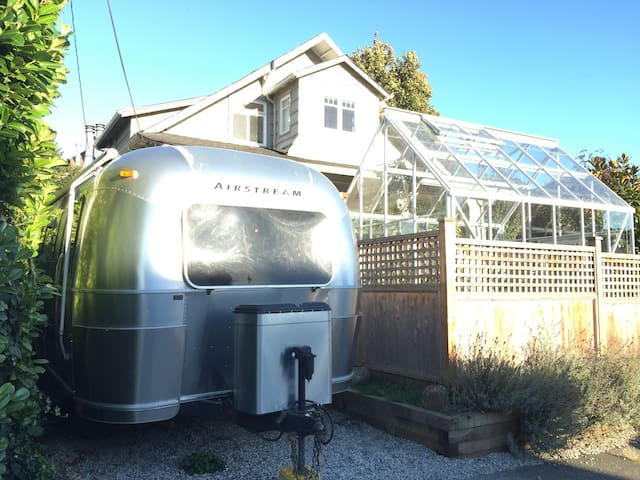Airstream at Kits Beach + Backyard Hens + Bikes - Vancouver - Wóz Kempingowy/RV