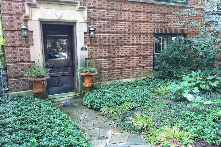 Cozy Studio Garden Apartment near DePaul