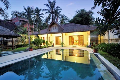 SPACIOUS HOUSE 2BRM Pool Lush Garden Clean Central