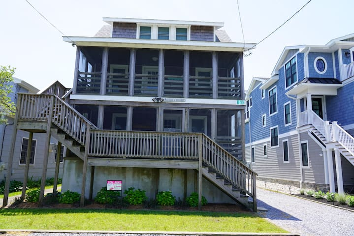 Quaint 2nd Floor Apt Block to Beach in Downtown Bethany