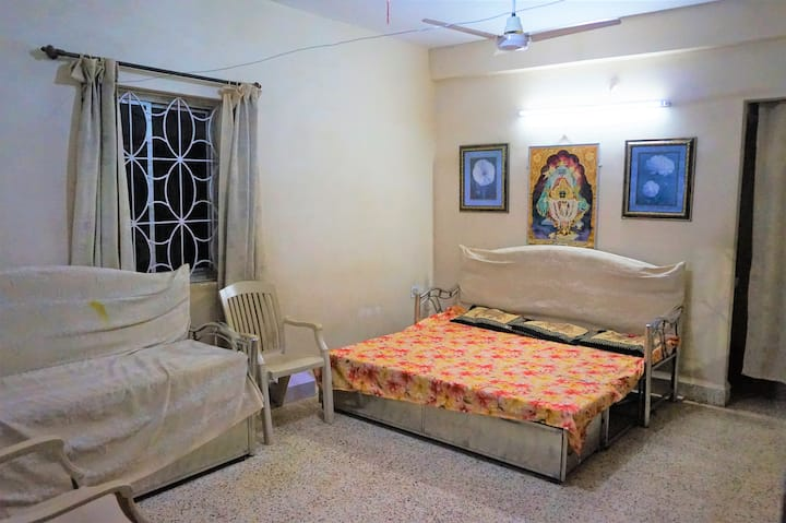 Big room at Artist's residence near Margao Station