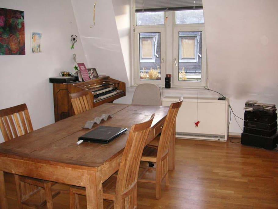 Wohnzimmer mit großer Esstafel und Schlafsofa 120x200 cm