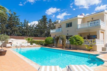Amazing 5 Bedroom, High End Villa with Hot Tub - Kissonerga