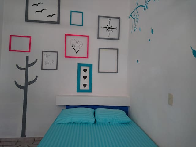Private Room. Double bed. 1 min Malecon