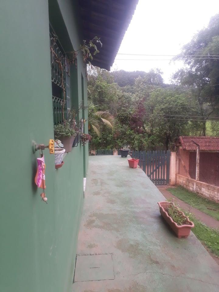 Casa espaçosa, calmaria e natureza, 30 min da cptm