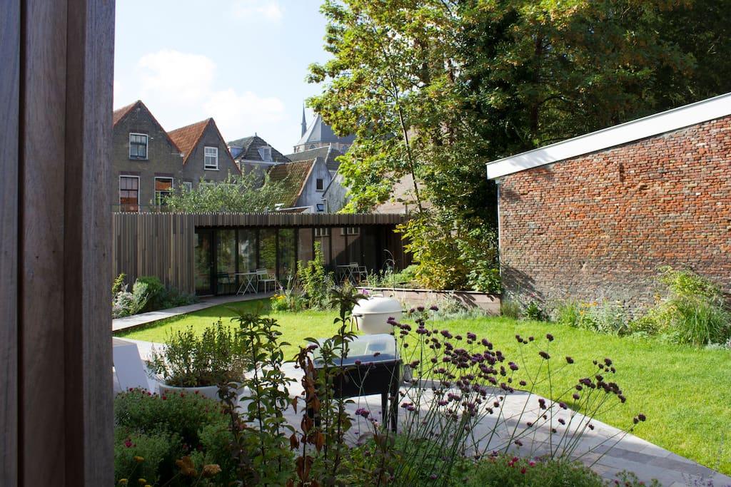 de tuin en het terras met op de achtergrond de studio's