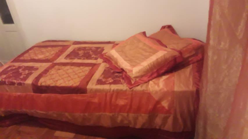 Aconchegante quarto para solteiro, com 2 camas.