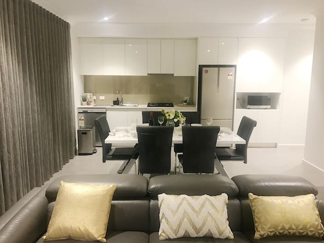 Perth Brand New 2x2 Apt -Westfield Shopping Centre