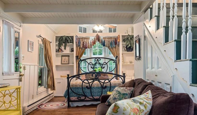 Micah's Cozy Cottage Walkable to Downtown Eureka