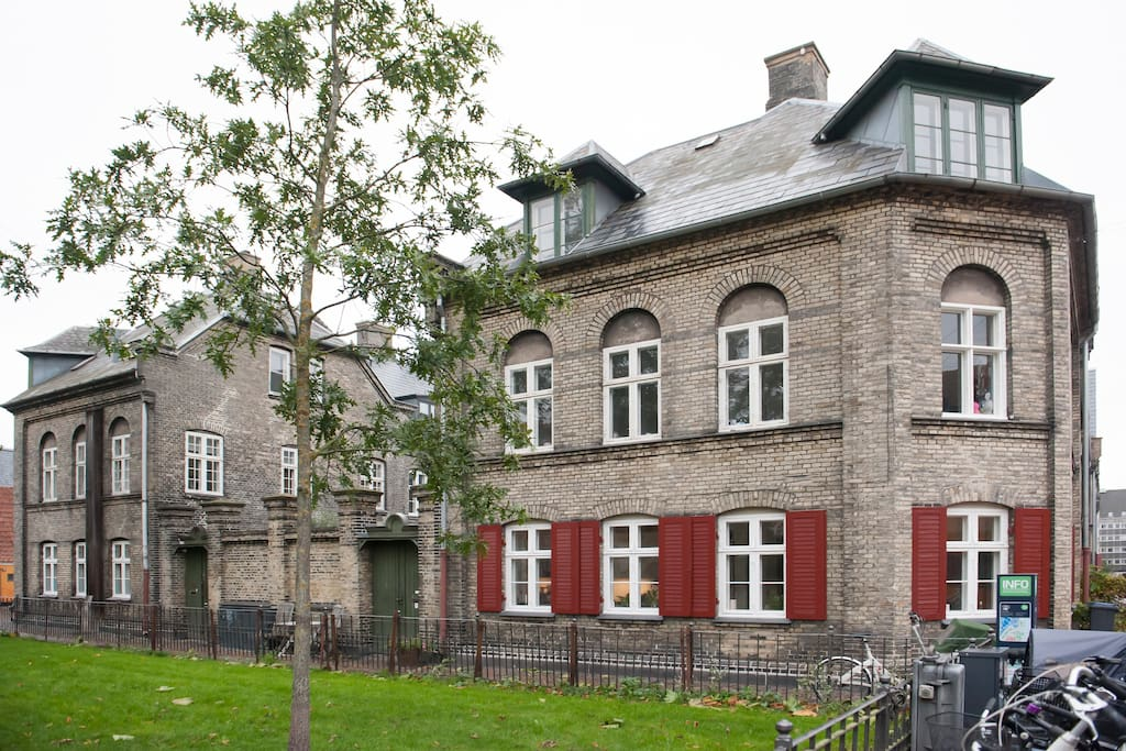 The townhouse. The appartment is located at the second floor.
