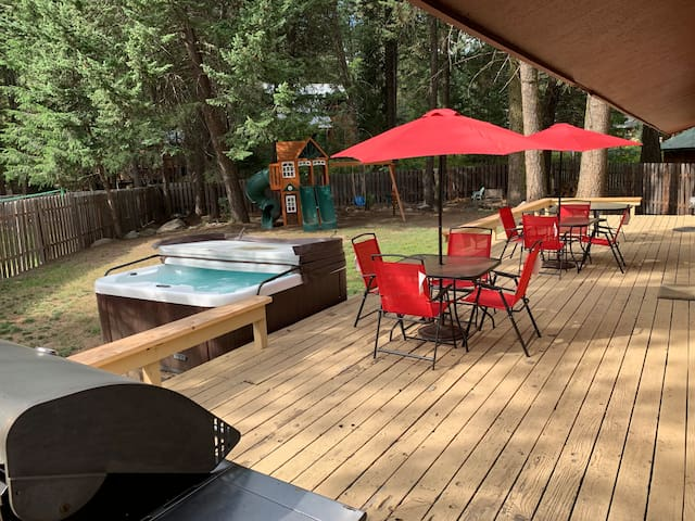 McCall Fun! Big Fenced Back Yard, Hot Tub, & Games