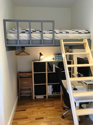 Cosy room with double loft bed and workspace - Edimburg - Pis