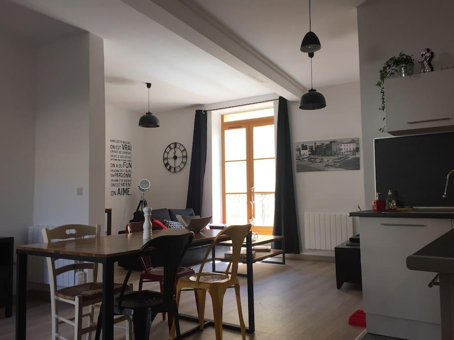 Cuisine et séjour lumineux et spacieux