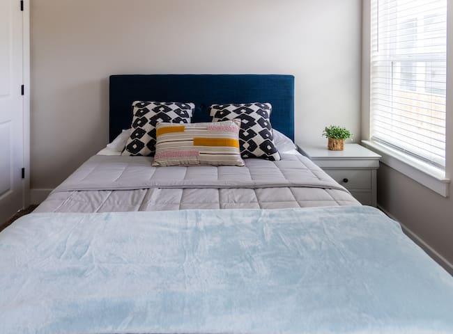 Room Queen Bed 2