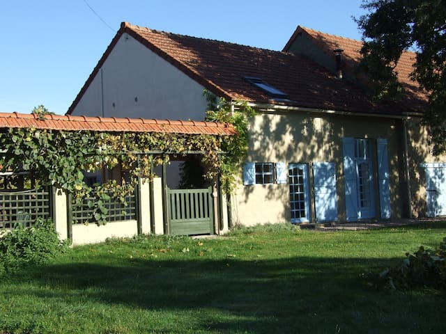 Spacious, rural dual-level gite with heated pool - Commentry - Huis