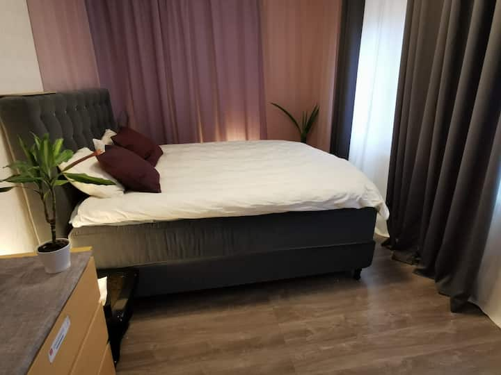 Cozy kingsize bed, 15 min bus from Gothenburg C