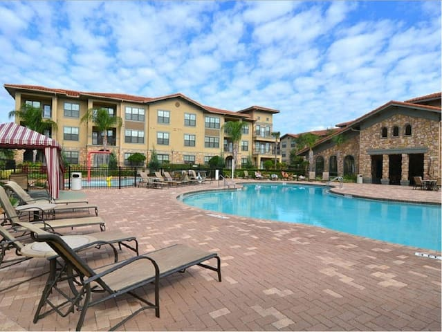 Valerie 39 s bella piazza condo houses for rent in for Ipg pool show