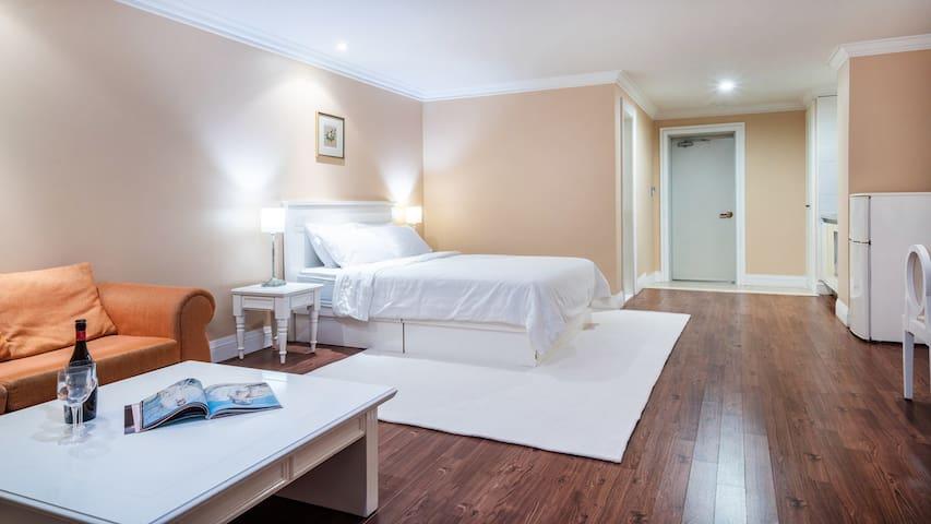 깔끔하고 넓은 객실로 편안하게 쉬어가실수 있는 침대형 원룸