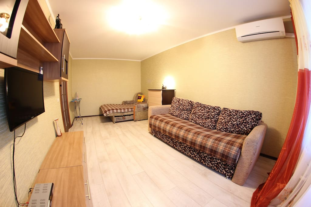 Каждая квартира тщательно убирается и моется перед заездом новых гостей, застилается свежее постельное белье, меняются полотенца.