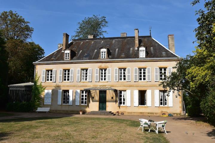 Vintage Mansion in Saint-Aubin-sur-Loire with Pool
