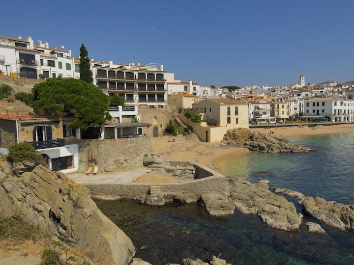 Exceptional house 2 floors on the rocks in Calella.
